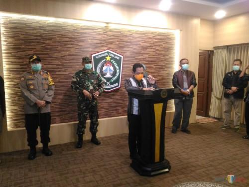 Bupati Lumajang dalam konferensi pers  malam ini (Foto : Moch. R. Abdul Fatah / Jatim TIMES)
