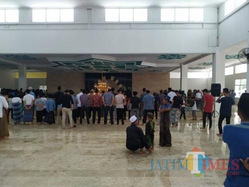 Suasana Masjid Almunawar lantai 2 saat jelang salat Jumat pekan lalu. / Foto : Anang Basso / Tulungagung TIMES