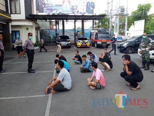 Pengunjung warkop yang sebagian pelajar saat dibawa ke Mapolres (Joko Pramono/ JatimTIMES)