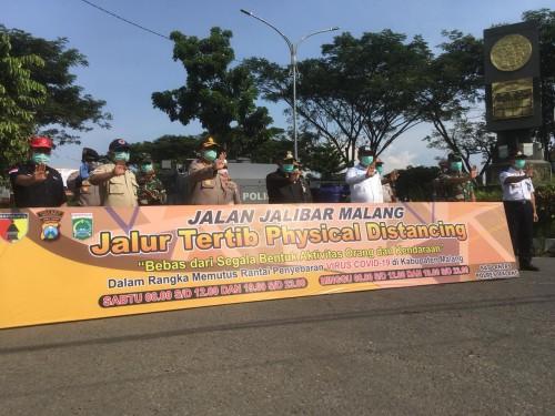 Forkopimda Kabupaten Malang saat meresmikan jalur tertib physical distancing di kawasan Jalibar. (Foto : Ashaq Lupito / MalangTIMES)