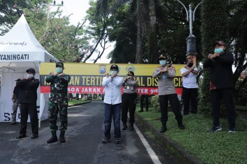 Wali Kota Malang Sutiaji (tengah) saat menghadiri launching wilayah physical distancing di kawasan Idjen Boulevard (Humas Pemkot Malang)