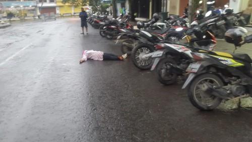 Wanita pingsan di area Jalan Munif kawasan sekitar Alun-Alun Kota Batu, Sabtu (28/3/2020). (Foto: istimewa)