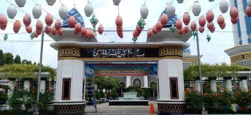 Di Tengah Bahaya Penyebaran COVID-19, Masjid Besar Madiun Tetap Gelar Salat Berjamaah