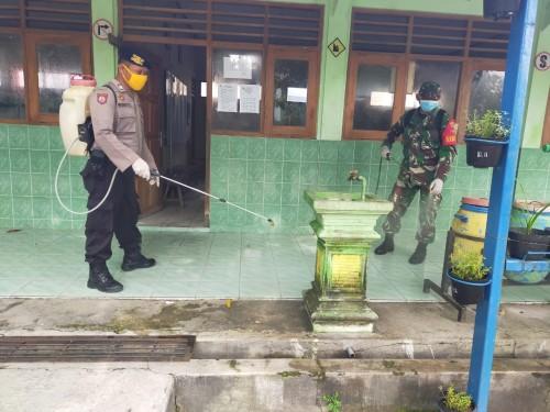 Penyemprotan Disinfektan Desa Pangkur pagi ini, Sabtu (28/3) di sejumlah titik fasilitas umum di Desa Paras