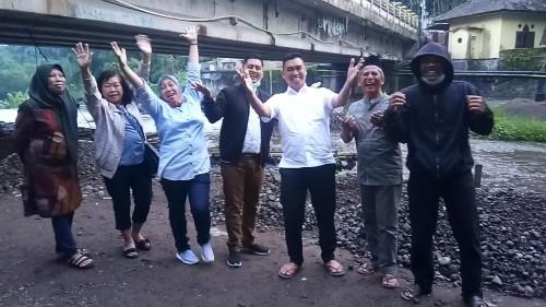 Mantan Wali Kota Malang, H. Moch Anton (kenakan kemeja putih) foto bersama laskar Abah Anton (Istimewa).