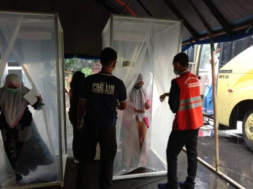 Para santriwati usia memasuki bilik sterilisasi di Balai Kota Malang. (Ist)