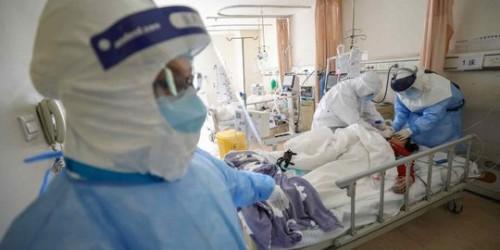 Petugas medis saat menangani pasien. (Foto: istimewa)