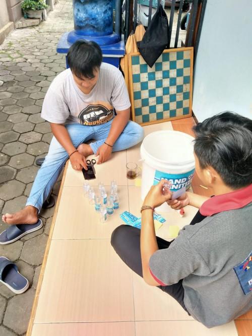 Warga Jodipan saat meracik hand sanitizer (Istimewa).