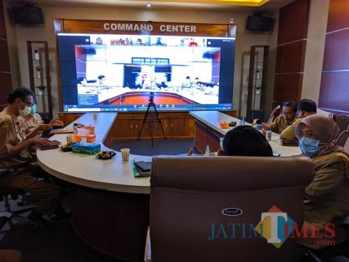 Rapat Teleconference Bersama OPD dan Camat, Bupati Blitar Bahas Pergeseran Alokasi Dana Desa untuk Tangani Covid-19