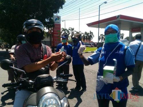 Pembagian masker dan disinfektan oleh DPC Partai Demokrat Lumajang (Foto : Moch. R. Abdul Fatah / Jatim TIMES)