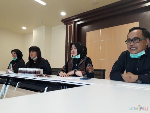 DPRD Surabaya Bagikan Hand Sanitizer dan Vitamin untuk Masyarakat Lawan Covid-19