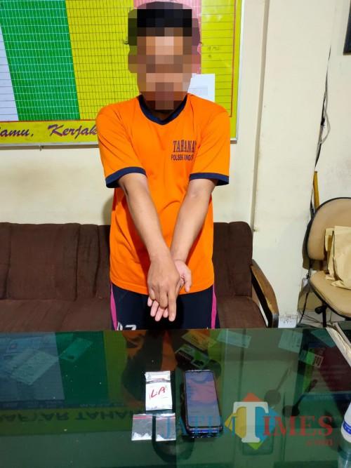 Ricard Anugrah Raharjo, tersangka peredaran narkoba beserta barang bukti sabu saat diamankan ke Polsek Singosari.