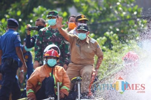 Pimpin Penyemprotan Disinfektan di Jalan Raya, Bupati Blitar: Corona Harus Minggat dari Bumi Blitar