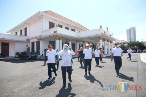 Gubernur Jatim Khofifah Indar Parawasa (depan) saat keliling areal Gedung Grahadi.