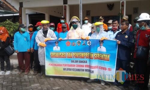 Warga Wonoasri Kota Madiun Melakukan Penyemprotan Disinfektan Di beberapa Titik Umum. Selasa (31/3)