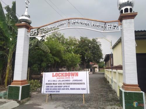 Dua Jalan di Jombang Ditutup dengan Tulisan Lockdown dan Karantina Wilayah