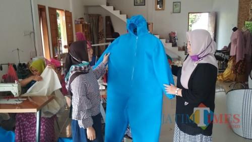 Penjahit Rumahan di Jombang Terima Pesanan Ribuan APD dari Donatur dan RS
