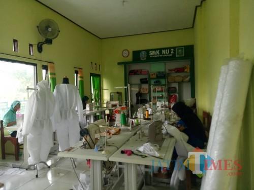 Gubernur Khofifah Apresiasi Sensitifitas SMK di Lamongan Produksi Baju Hazmat