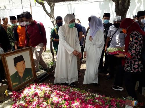 Gubernur Jatim Khofifah ketika menghadiri prosesi pemakaman Kiai Maskur