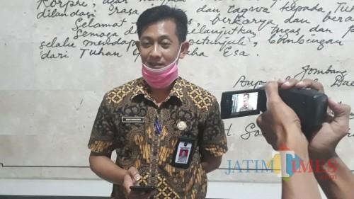 Humas Gugus Tugas Pencegahan dan Penanganan Pandemi Covid-19 Kabupaten Jombang Budi Winarno saat diwawancarai. (Foto : Adi Rosul / JombangTIMES)