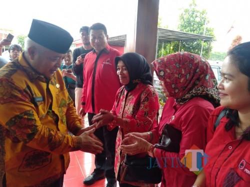 Ketua DPC PDI Perjuangan Kabupaten Malang Didik Gatot Subroto (empat dari kanan) dan Sanusi (kiri), calon bupati Malang 2020, saat di acara. (dok MalangTimes)