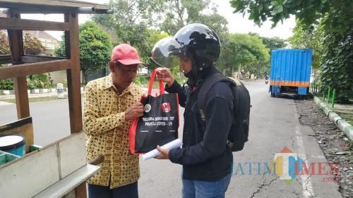 Pemberian sembako dan alat kesehatan bagi masyarakat terdampak covid-19 oleh mahasiswa GMNI UM (Istimewa).