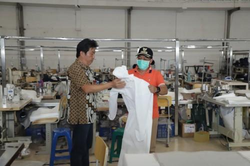Wali Kota Malang Sutiaji (bertopi) saat meninjau salah satu perusahaan garmen yang beralih membuat APD tenaga medis di Kota Malang. (Foto: Humas Pemkot Malang).