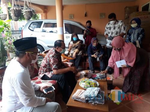 Bupati Blitar Rijanto saat kunjungan ke UMKM pembuat masker di Desa Kalipucung.(Foto : Aunur Rofiq/BlitarTIMES)
