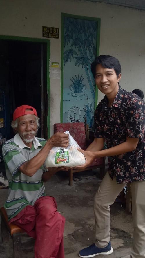 Penyaluran bantuan sembako bagi warga terdampak covid-19 dari KAHMI Kota Malang. (Foto: Dokumentasi Kahmi Kota Malang).
