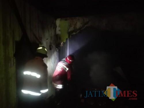 Petugas saat berupaya memadamkan kebakaran di rumah korban (Foto : PPBK Kabupaten Malang for MalangTIMES)