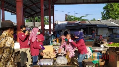 Tangkal Covid-19, ASN Dinas Kominfo dan Dharma Wanita Kabupaten Blitar Bagikan Ratusan Masker