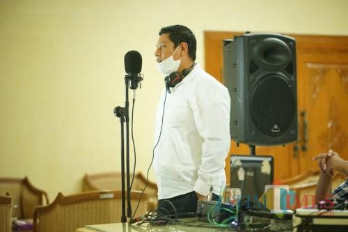 Wali Kota Kediri Abdullah Abu Bakar saat menyanyi. (ist)