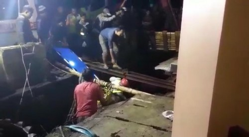 Petugas saat mengevakuasi kedua pekerja yang tertimbun tanah galian untuk dibawa ke rumah sakit (Foto : Istimewa)