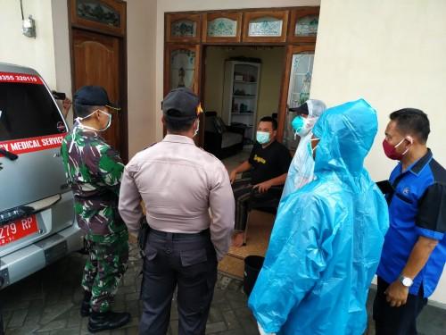 Petugas yang terdiri dari puskesmas, Kecamatan dan Polsek Tulungagung kota membujuk AH agar mau di evakuasi (Foto : Anang Basso/TulungagungTIMES)