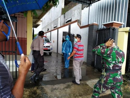 Petugas saat lakukan evakuasi pada AH dari rumahnya / Foto : Anang Basso / Tulungagung TIMES