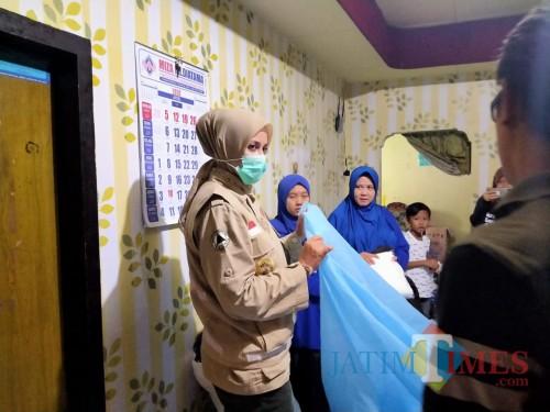 Bupati Jember dr. Faida MMR saat melihat dan memesan secara langsung APD kepada penjahit lokal di Jember (foto : istimewa / Jatim TIMES)