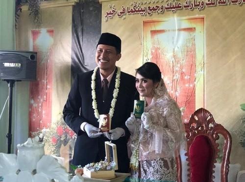 Camat BumiajiAditya Prasaja bersama istri menunjukkan buku nikah (Foto: screenshot instagram @dewanti_rumpoko)