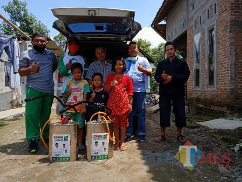 Lawan Virus Corona, PKB Kota Blitar Semprot Disinfektan ke Rumah Penduduk