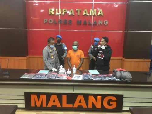 Agus Widodo (baris depan, dua dari kiri) tersangka kasus pembunuhan saat sesi rilis di ruang Rupatama Polres Malang berlangsung (Foto : Ashaq Lupito / MalangTIMES)