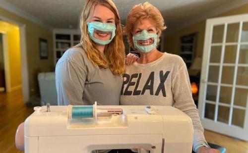 Ashley Lawrence dan ibunya saat menunjukkan pemakaian masker buatannya. (Foto: Ashley Lawrence via Bored Panda).