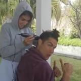Bertahan di Rumah Saja, Cristiano Ronaldo Pilih Potong Rambut di Tangan Istri
