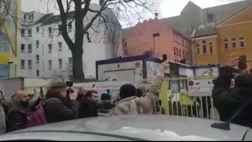 Muslim Jerman saat mengabadikan momen ketika azan dikumandangkan menggunakan pengeras suara (screenshot video)