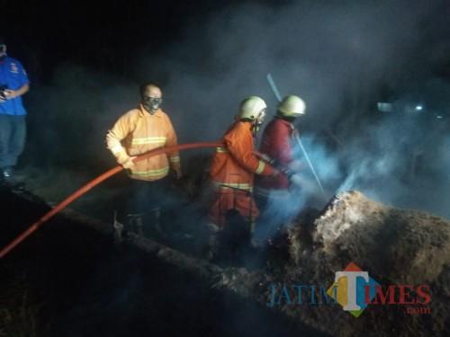 Petugas PMK Kabupaten Malang saat berupaya memadamkan kebakaran (Foto: PPBK Kabupaten Malang for MalangTIMES)