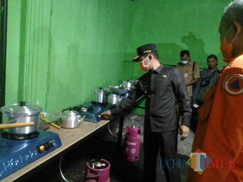 Bupati Lumajang mengecek dapur untuk karantina pemudik (Foto : Moch. R. Abdul Fatah / Jatim TIMES)