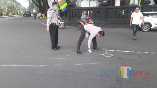 Petugas saat melakukan olah TKP didepan gedung DPRD Kota Malang(Ist)