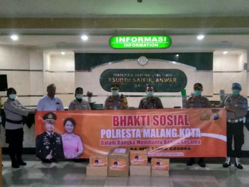 Polresta Malang Kota saat memberikan bantuan APD dan makanan tamabahan untuk tim medis di RSSA (Ist)