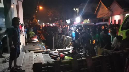 Proses evakuasi jenasah yang meninggal saat menyambung pipa PDAM kota Malang (Foto : Istimewa)