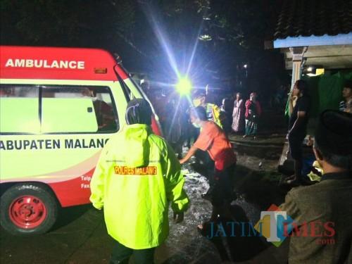 Jenasah korban yang ditemukan di pinggir sungai saat dievakuasi ke RSSA Malang (Foto : Polsek Ngajum for MalangTIMES)