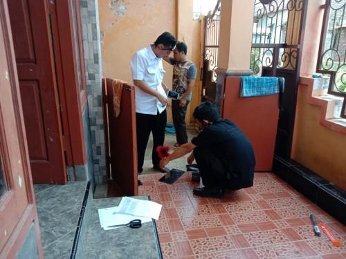 Petugas kepolisian yang melakukan olah TKP di lokasi rumah yang dibobol maling. (Ist)