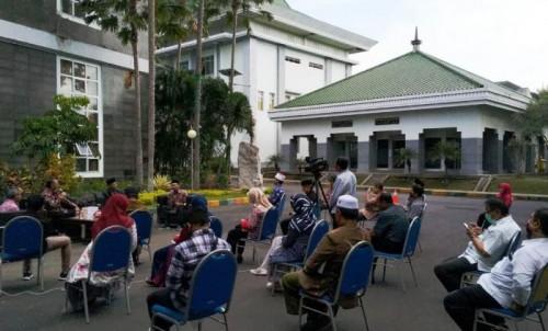 Salah satu kegiatan talkshow sambil berjemur di UIN Malang. (Foto: Humas)